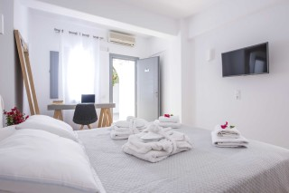 santorini-family-suite-pool-051