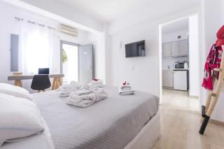 santorini-family-suite-pool-061